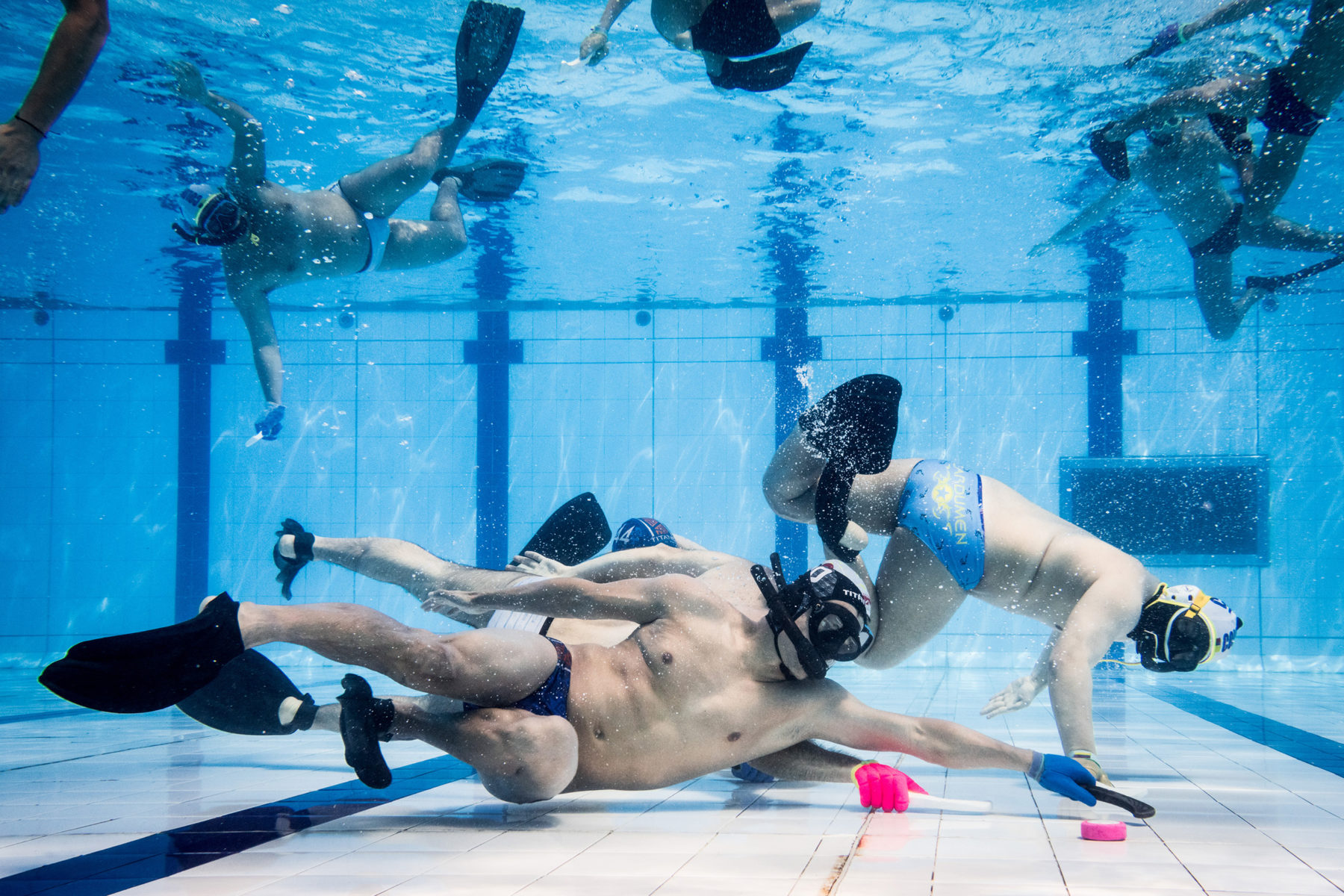 Even more than in other sports, underwater hockey demands team spirit. That is because one breath is not enough for the solo run to the goal.