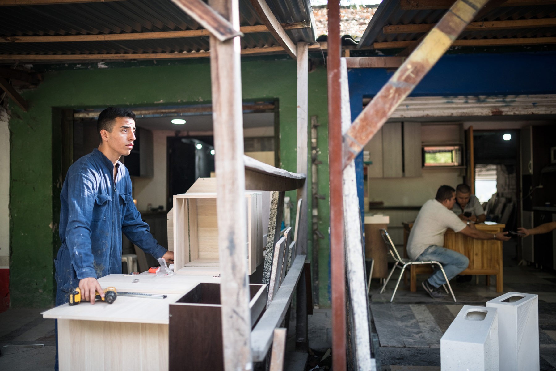 You can't do it without taking on jobs. Even as a national player, Daniel had to bear almost all the costs himself. Here, he works in a carpenter's workshop. He has already sold lots and donuts, danced in front of an audience, shot donation videos, and addressed city councils and pastors.