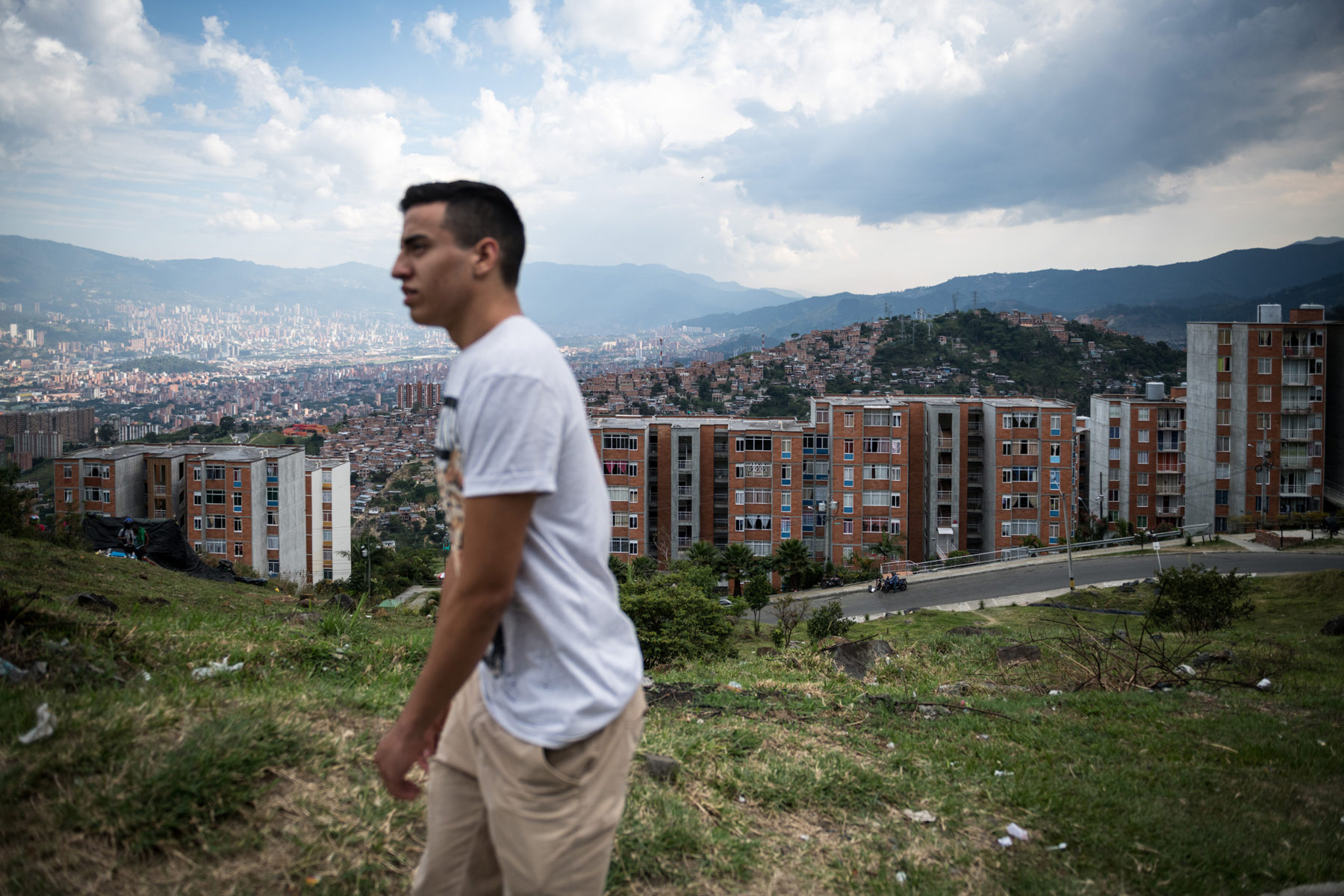 His father had wanted to become a professional cyclist, but when his wife became pregnant, he had to support the family. Now he supports his son in his passion for sport. Daniel lives in one of these skyscrapers in the Western Hills in the Comuna 7.