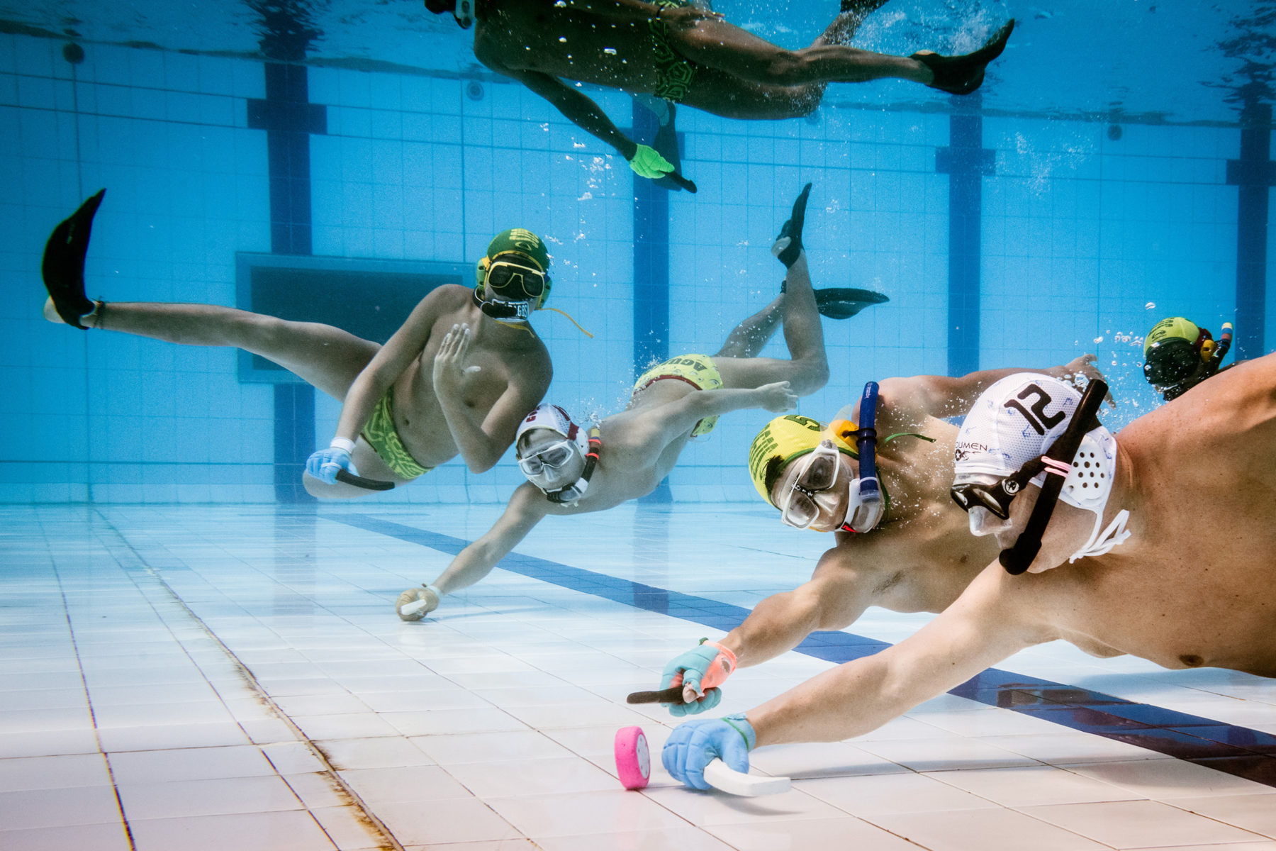 As in Germany, underwater hockey is a niche sport in Colombia. One reason for this: Only a few swimming pools are suitable for playing, because in many of them the tiles are laid too sloppily, and the puck would damage them.