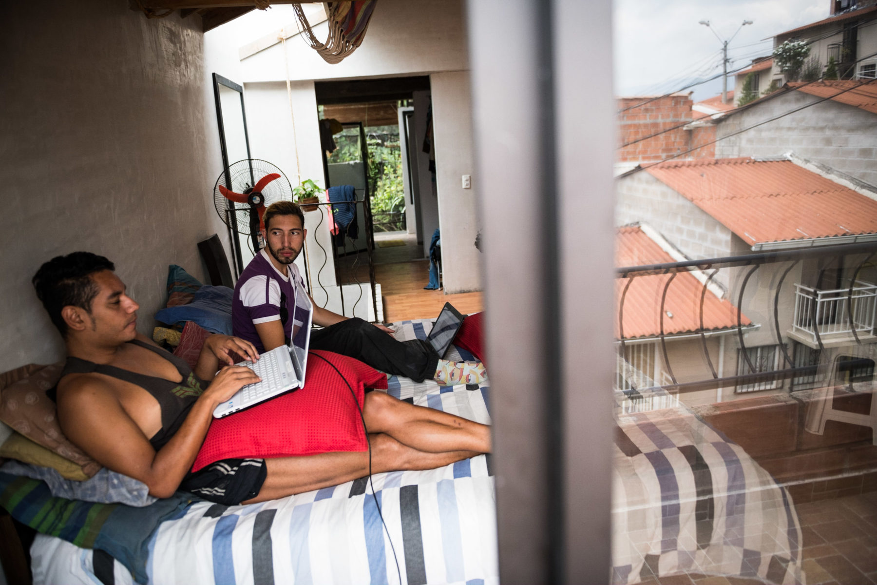 Alejo prefers to work in bed. Manuel is a freelance journalist and university lecturer, Victor and Alejandro organize theatre and dance projects with children, teenagers and adults from the neighborhood.